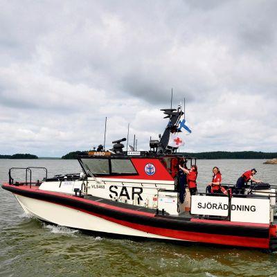 Åbo sjöräddningsförenings båt Abso i den åboländska skärgården.