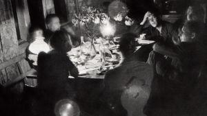 Litterärt sällskap på Villa Golickes glasveranda 1938. Med ryggen mot fönstret Leena och Elmer Diktonius, med ryggen mot kameran Eva Wichman och Ralf Parland. I högra hörnet sitter Gunnar Ekelöf, Ebbe Linde och Sven Grönvall. Foto av Ebbe Linde