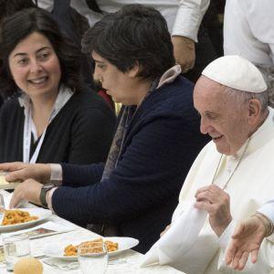 Påven åt lunch tillsammans med gästerna.