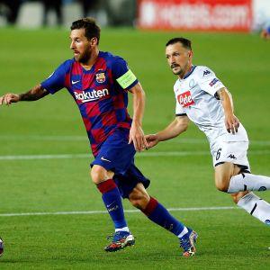 Lionel Messi med bollen i matchen mot Napoli.
