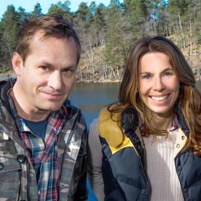 Programledarna i Mitt i naturen framför en insjö.