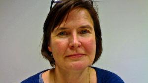 Johanna Rämö jobbar med mätutrustning på Vaisala.