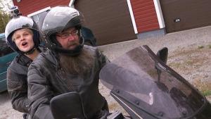 Esko Valtaoja ajaa moottoripyörällä