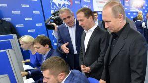 President Putin, i sällskap av premiärminister Medvedev, besöker Enade Rysslands valfunktionärer.
