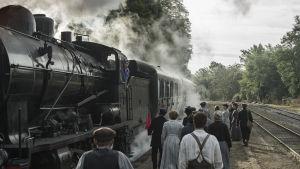 Ett tåg anländer till stationen.