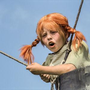 Pippi Långstrump i en låftballongskorg.
