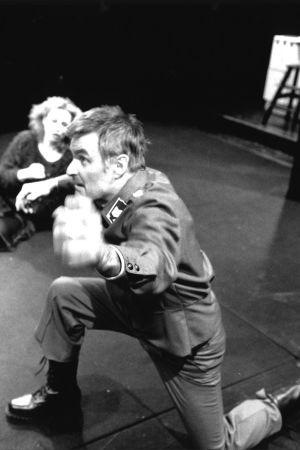 Juhani Niemelä Vääpelinä näytelmässä Rakkaita pettymyksiä rakkaudessa (1996).