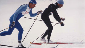 Kaksi hiihtäjää