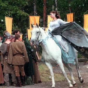 Haltija (Anna Jensen) ratsailla tuomassa tietoa Hallitsijasta.