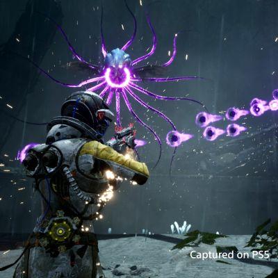 En austronaut skjuter på flygande monster i ett videospel.