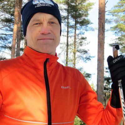 Riihimäen kaupunginjohtaja Jere Penttilä poseeraa hiihtolenkillä