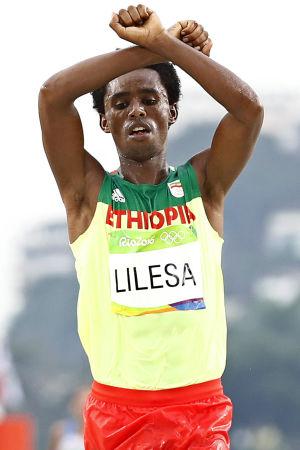 Den etiopiska guldmedaljören Feyisa Lilesa använde oromoaktivisternas protestgest då han sprang över mållinjen i OS i Rio