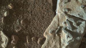 Mystiska mönster på en sten på Mars.