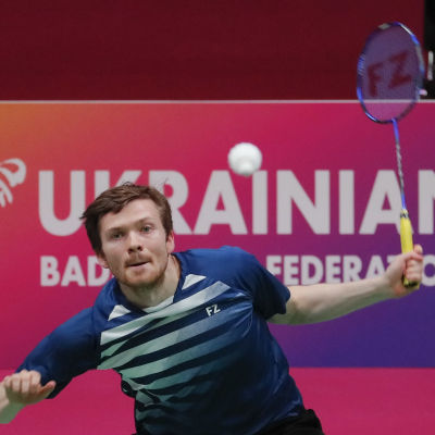 Kalle Koljonen spelar badminton.