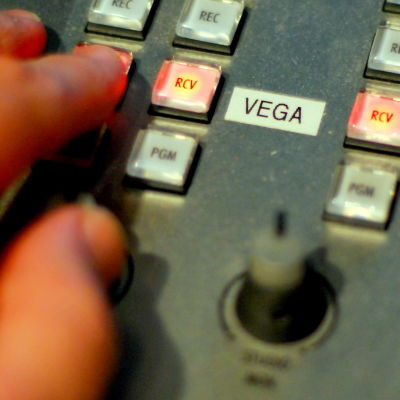 En hand på ett mixerbord.