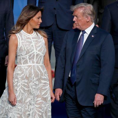 Melania Trump ja Donald Trump katsovat toisiaan.