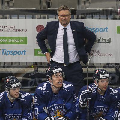 Jukka Jalonen står bakom spelarbänken under match.