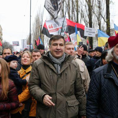 Georgian entinen presidentti Mihail Saakashvili kannattajiensa kanssa