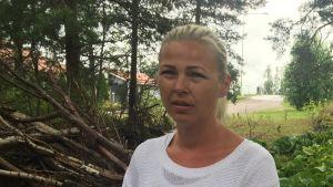 Johanna Främling står utanför företaget Kirkkonummen Ilmastointi i Kyrkslätt.
