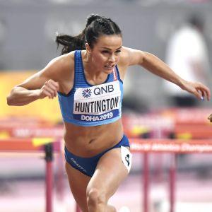 Maria Huntington löper häck i Doha.