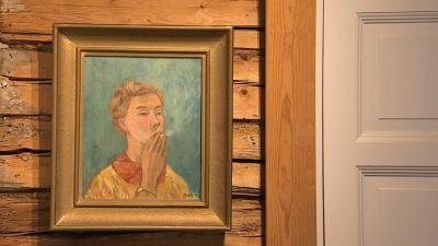 Ett självporträtt som Tove Jansson målat. På målningen har hon uppsatt hår och röker en cigarett. Målningen är en del av en Tove Jansson-utställning i konstnärshemmet Erkkola i Tusby sommaren 2020.
