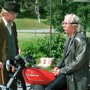 Mats (Janne Reinikainen) on tutkija ja Berner (Jukka Rasila) luottaa toiminnallisuuteen.