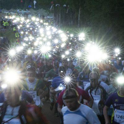 Lähes 2000 juoksijaa säntäsi metsään.