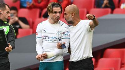 Pep Guardiola ger Jack Grealish några råd innan han får hoppa in och göra sin debut i klubben.