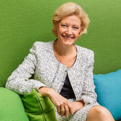 Henkilökuva, Katri Olmo istuu vihreällä sohvalla