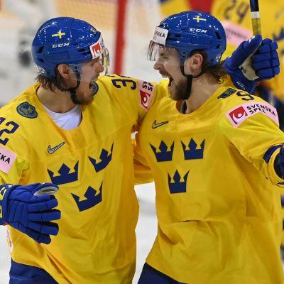 Magnus Nygren och Adrian Kempe firar mål.