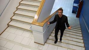 UKK-instituutin johtaja Tommi Vasankari kävelee portaissa.