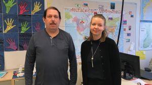 Roger Andersson och Anna Nylund i ett klassrum