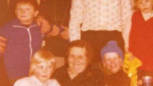 Mårten Holms mormor Ina Ström med sina barnbarn på 1970-talet