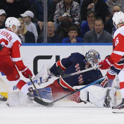 Henrik Lundqvist stoppar en puck för New York Rangers.