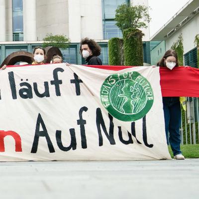 Klimataktivister demonstrar utanför förbundskanslerns kansli i Berlin