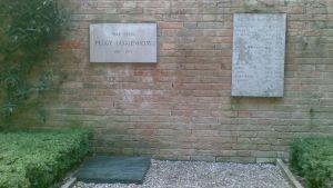 Peggy Guggenheimin ja hänen lemmikkikoiriensa haudat taidemuseon pihassa Venetsiassa.