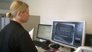 Nainen katsoo tietokonekuvaa