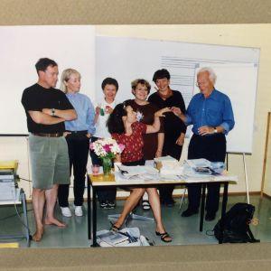 Kesk. italianopettaja Leena Taavitsainen-Petäjä Oriveden opistossa ryhmänsä kanssa 1990-luvun lopussa.
