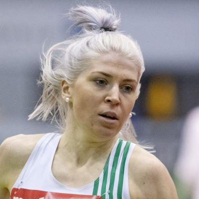 Sara Kuivisto löper i Akilles dräkt.