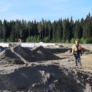 Mikkelin raviradan ratamestari Jyrki Lepistö seisoo varikkokaarteessa, josta rataremontin yhteydessä on poistettu maata 65 sentin syvyydeltä.