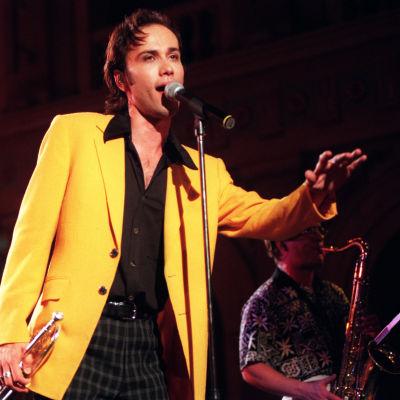 Aki Sirkesalo esiintymässä Vabhalla Ylioppilastalolla 20.8.1997