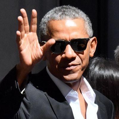 Barack Obama vinkar mot kameran under sitt besök till Milano för att hålla föredrag i maj 2017.