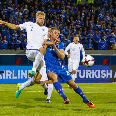Paulus Arajuuri sätter stopp för Bjorn Sigurdarsson i Reykjavik 2016.