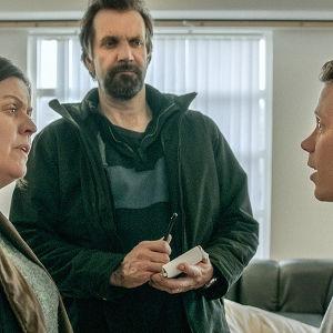 Poliserna Gabriela och Högni förhör Julius i dramaserien Case.