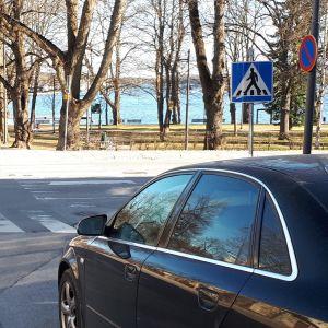 Auto pysäköitynä suojatien edessä olevaan parkkiruutuun