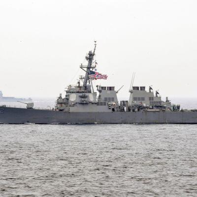 Yhdysvaltain laivaston hävittäjä USS Fitzgerald on saanut vaurioita törmättyään rahtilaukseen Japanissa. Kuvassa alus 1.6. 2017 Japaninmerellä.