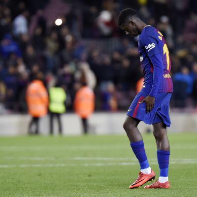 Barcelonan Ousmane Dembele pitelee takareittään.