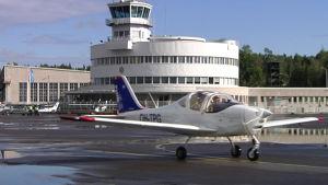 Hobbyflygare demonstrerar mot att Malms flygplats läggs ner.