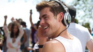 zac efron ler mot kameran från sitt DJ-bord