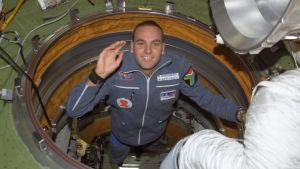Mark Shuttleworth tervehtii valokuvaajaa kansainvälisellä avaruusasemalla.